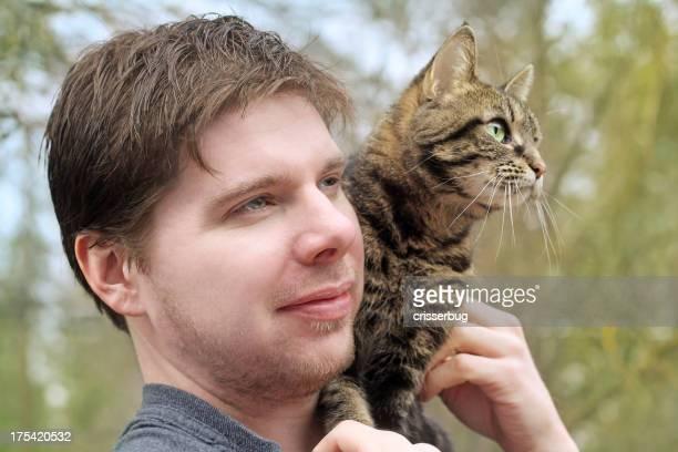 若い男性、猫の肩