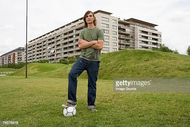 Giovane uomo con il calcio