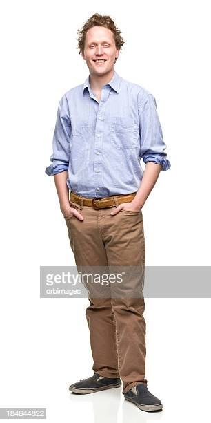Giovane uomo con le mani nelle tasche