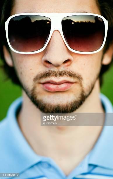 Jovem com óculos de sol retro