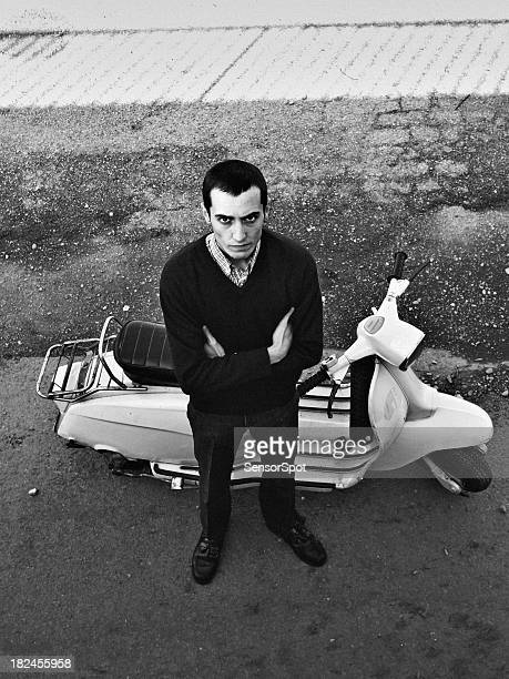 Hombre joven con un scooter