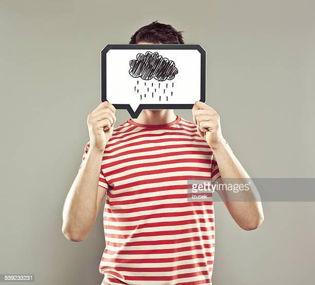 Jeune homme avec bulle de dialogue couvrant son visage