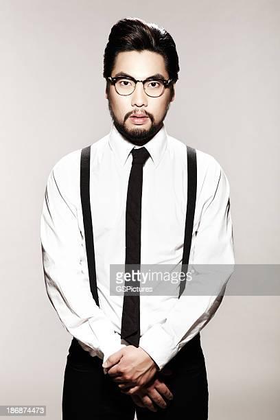 Hombre joven con tirantes, brida y gafas
