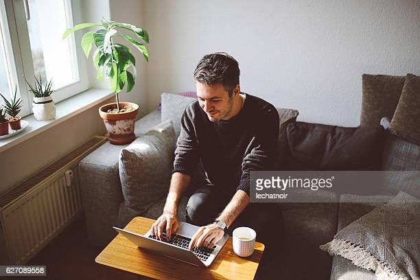 若い男性在宅勤務
