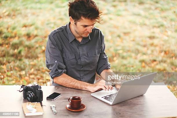 Junger Mann arbeitet im Freien