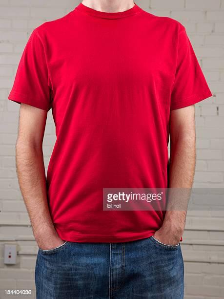 Junger Mann's chest mit leeren roten Hemd