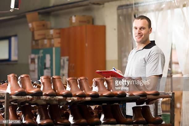 Jovem Trabalhador Manual na fábrica