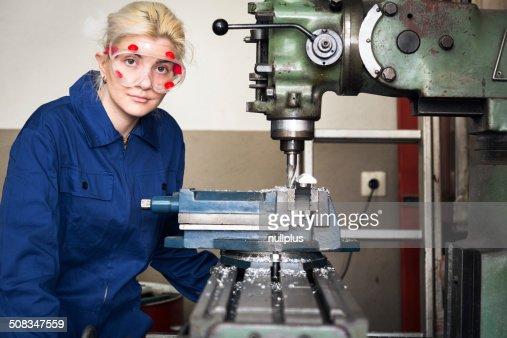 Young Mechanic Apprentice Working On Milling Machine Photo – Machine Mechanic