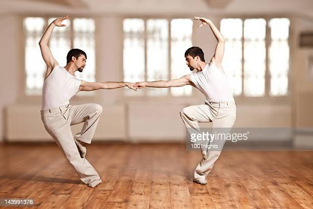 Junge Männer tun Ballett