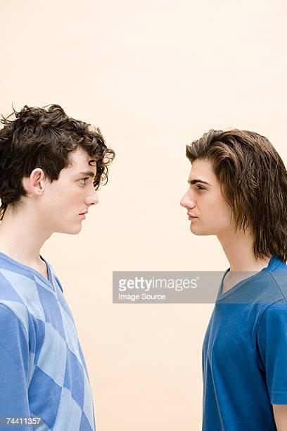 Homens Jovens Cara a Cara