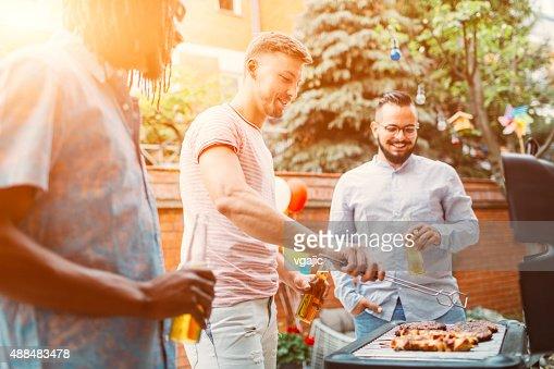 Jeunes hommes de viande grillés au Barbecue.