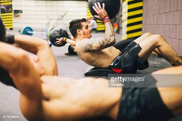 Hombres jóvenes de alta intensidad sesión de ejercicios.
