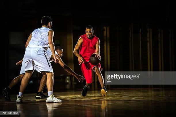 Jeunes hommes jouant au basket-ball