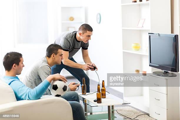 若い男性がビデオゲームでいただけます。