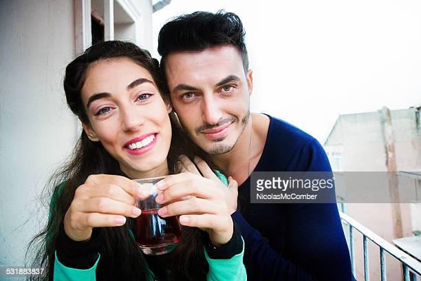 若いカップルのポートレート中東のバルコニーで、ティー