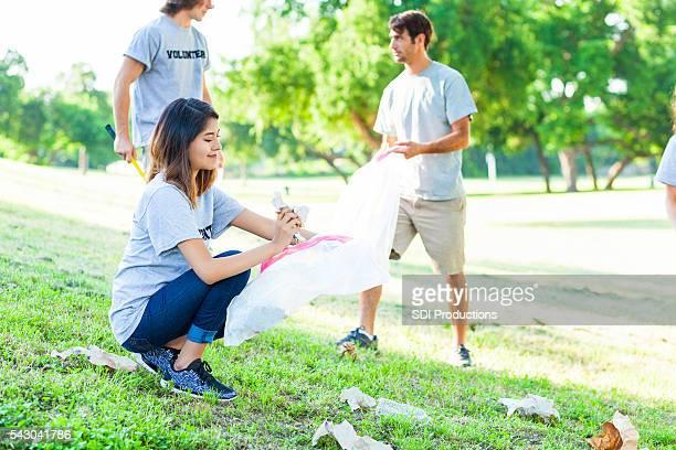 Jeunes millenial volontaires Récupérez les poubelles du parc