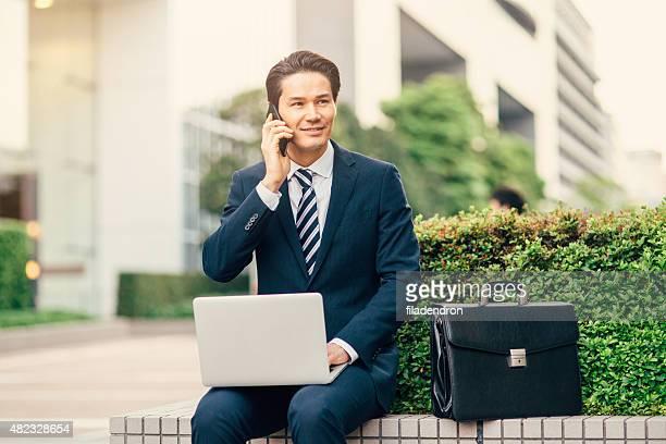 Junge gemischte Abstammung Geschäftsmann Arbeiten im Freien