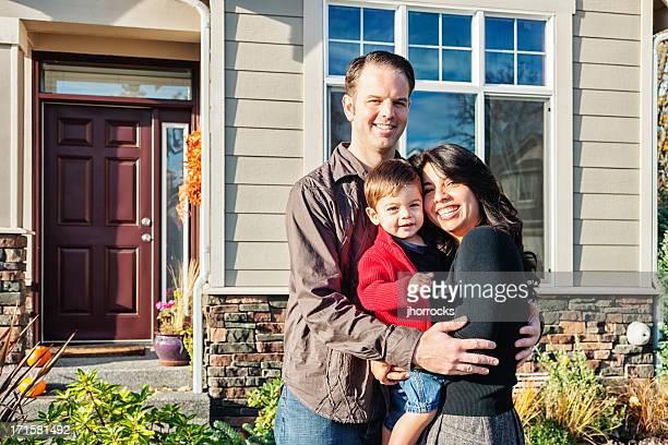 Jovem de raça mista família de três em Casa