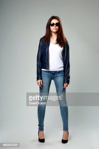 Jovem modelo de Casaco de couro e óculos de sol : Foto de stock