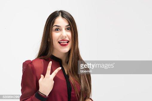 Junge model mit v-Schild mit tonque out : Stock-Foto