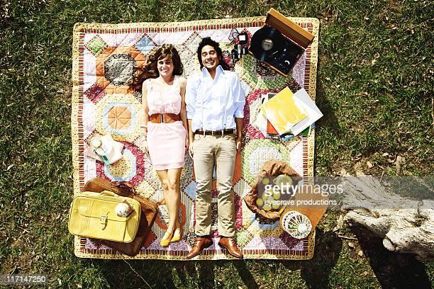 Junge moderne paar Picknick-Glück