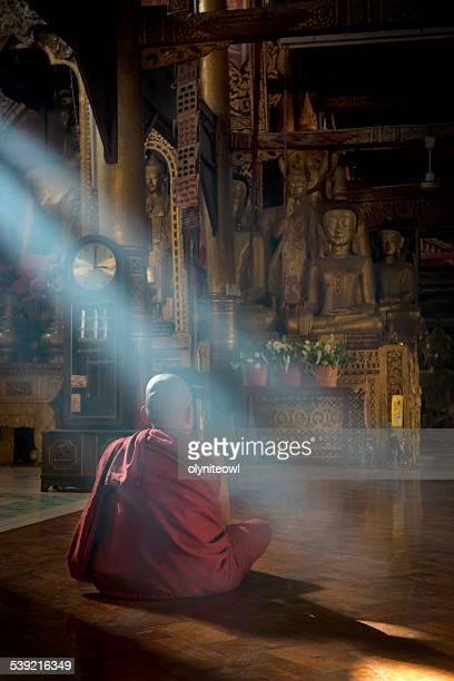 若い僧侶瞑想する寺ホール