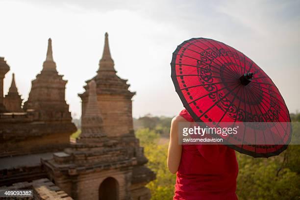 Joven monje con sombrilla vista Bagan templos, Myanmar.