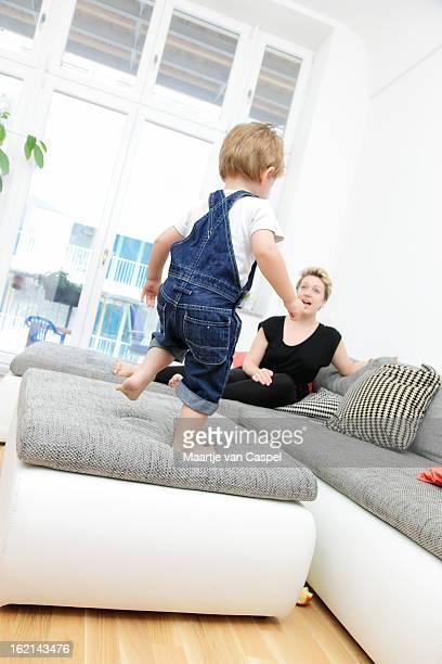 & giovane madre figlio Giocando sul divano