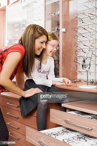 Jeune mère et fille Shopping pour les nouvelles lunettes