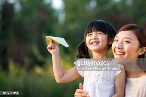 若い母と娘に、紙飛行機 : ストックフォト