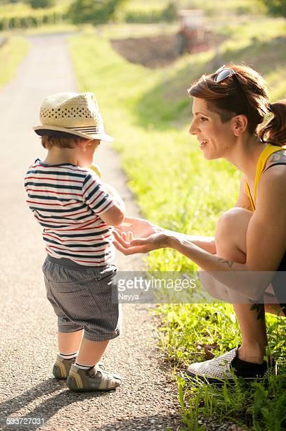 Giovane madre e il figlio godendo l'estate