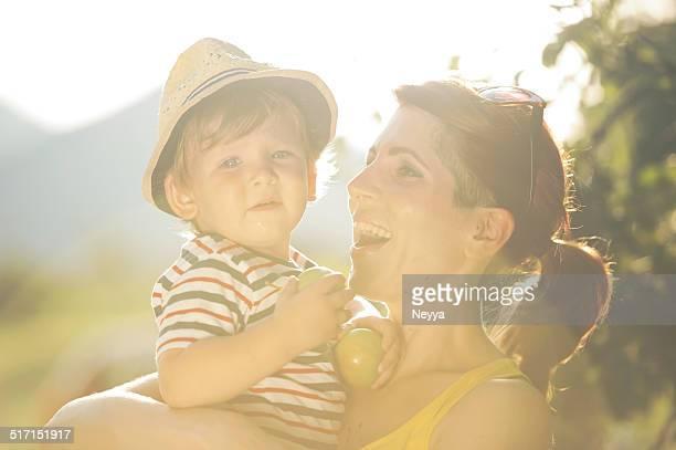 Giovane madre e il figlio con mele