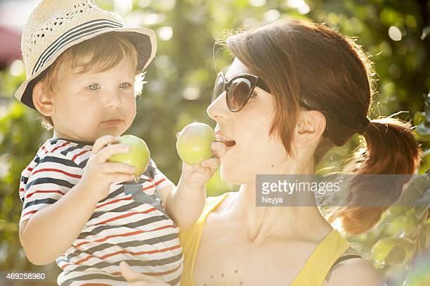 Giovane madre e Suo figlio di prendere Apple