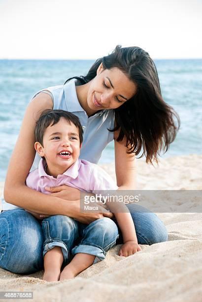 Junge Mutter und junge bou am Strand