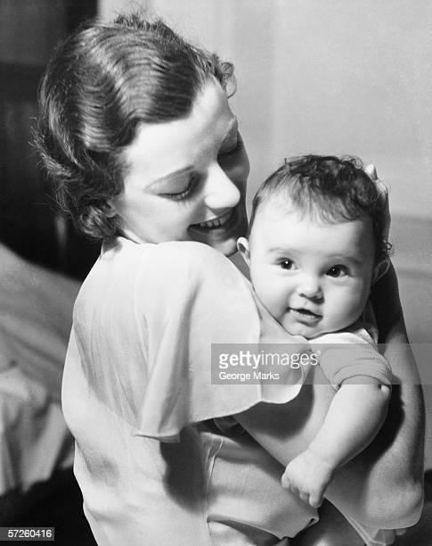 Junge Mutter hält baby boy (9-12 Monate) in Arme (B & W