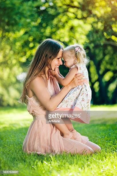 Jovem mãe com sua filha no parque