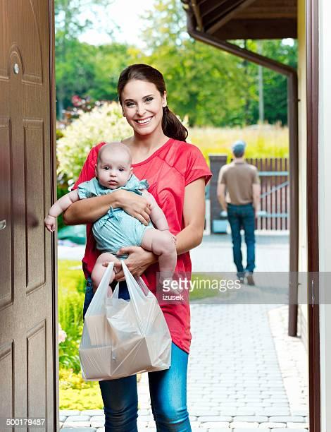 Junge Mutter mit Speisen zum Mitnehmen