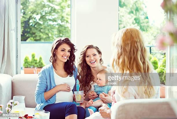Jeunes femmes à la maison