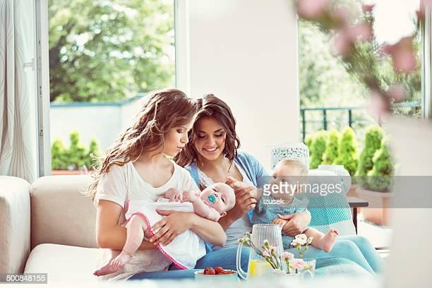 Junge Mütter mit Babys
