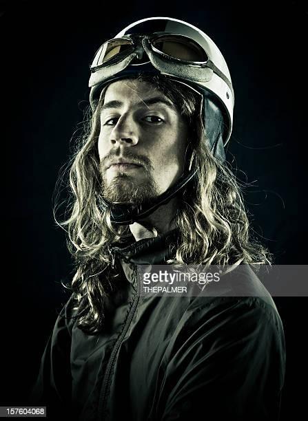 Jeune pilote avec casque vintage.