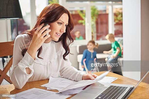 Jeune maman chèques une facture de téléphone