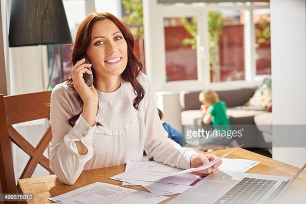 Junge Mutter ist am Telefon