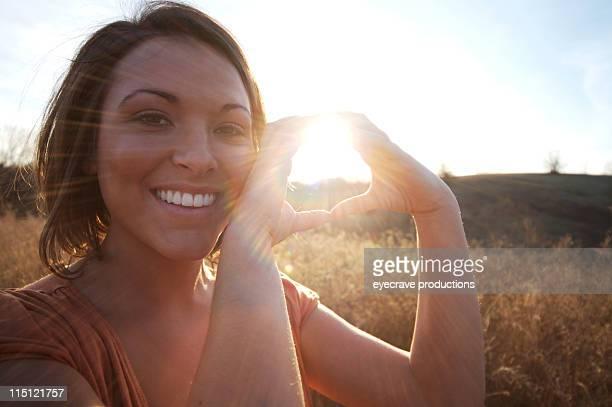 Mujer joven indio americano atardecer de energía solar