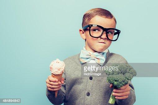 Jungen Nerd junge Mensch Essen Brokkoli