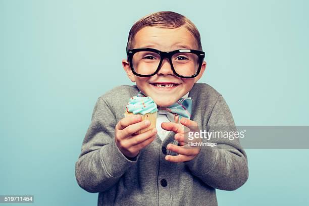 Jungen Sonderling Mann in Händen halten Cupcake