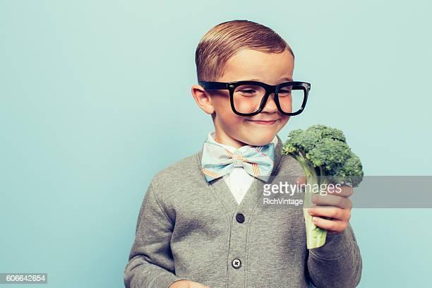 Jungen Nerd junge liebt Essen Gemüse