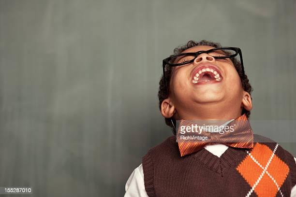 Giovane nerd in occhiali Appoggiarsi indietro e ridere