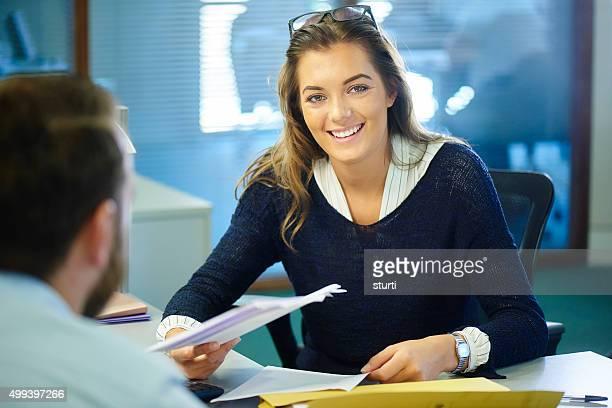 Junge Büroangestellter bei der Arbeit