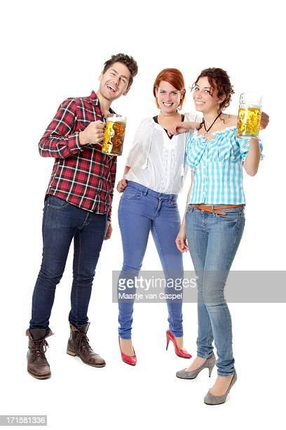 Jovem Oktoberfest visitantes festas com cerveja steins