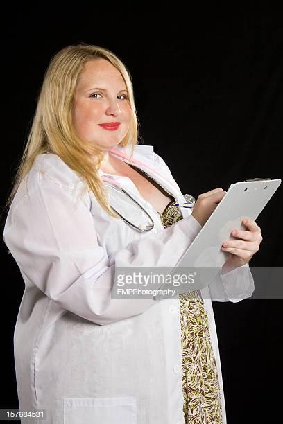 Jovem mulher com excesso de Médico isolado em preto